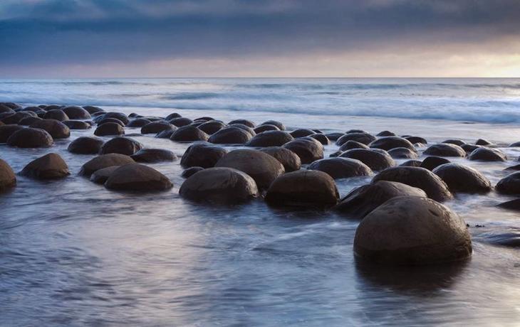 Шаровидные конкреции в Калифорнии на «пляже шаров для боулинга» (Bowling Balls Beach) бобовины, геология, земля, камни, конкреции, чудо