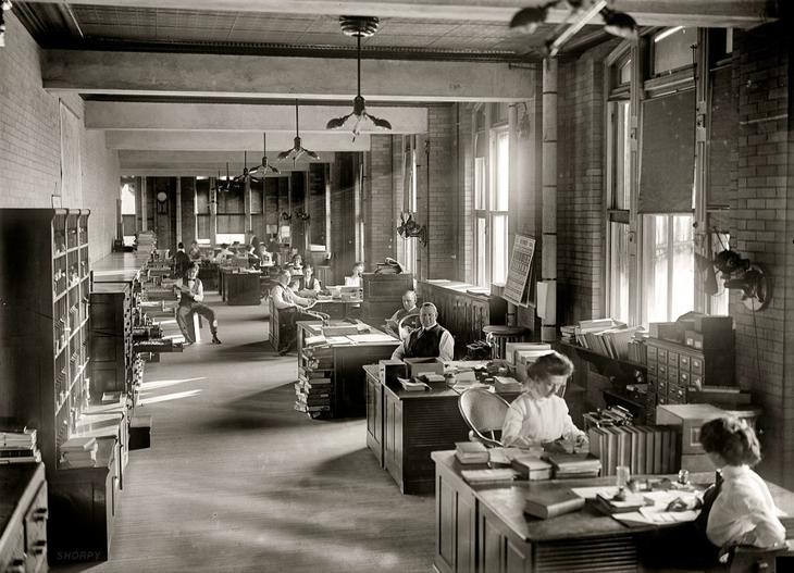 Офисный планктон в 1912 году. Из приборов для охлаждения лишь вентиляторы на стенах. жара, история, кондиционер