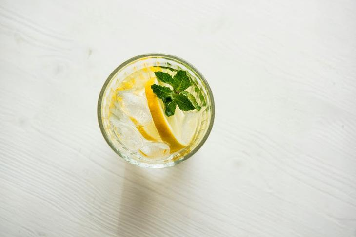 10 полезных свойств лимонного сока