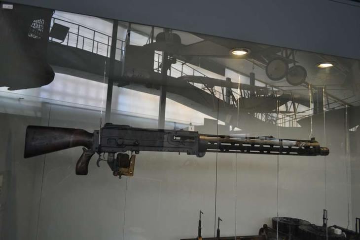 Немецкий авиационный пулемет калибра 7,92 мм, который использовался в оборонительных огневых установках аэропланов и дирижаблей. Если я правильно помню, это модификация пулемета Шпандау LMG 08/15