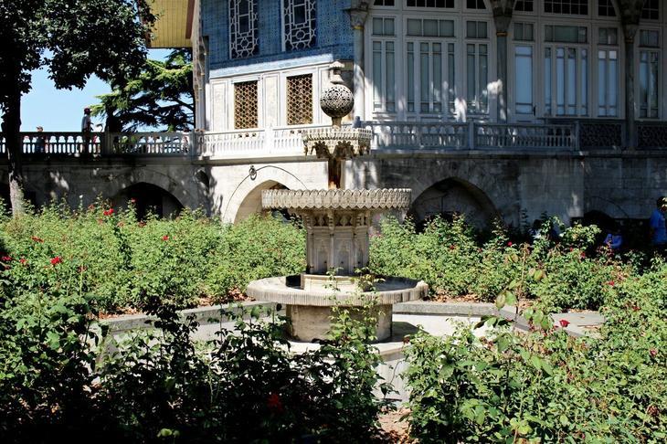 Один из фонтанов около гарема в розовом саду. Кстати, хочется отметить, что не смотря на тысячи туристов во Дворце около гарема необычайно тихо, уютно и спокойно, наверняка что-то таки есть в это месте особенное.