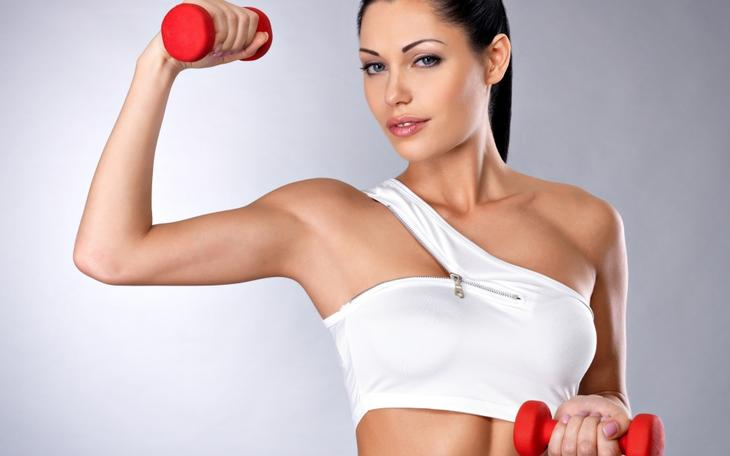 Для данного упражнения берите очень легкие гантели, до 1 кг