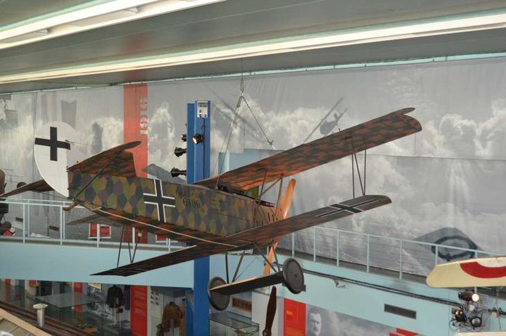 Немецкий истребитель Фоккер D VII появился в конце войны и оказался весьма грозным противником для «Сопвичей», «Ньюпоров» и «Спадов»