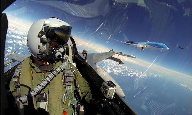 Boeing 787 delivery to Arke escorted by F 16 Demo Team RNLAF Люси в небе с алмазами: селфи пилотов самолетов