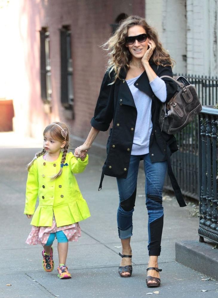 Сара Джессика Паркер в джинсах заплатами и тренче, ведет дочку в школу