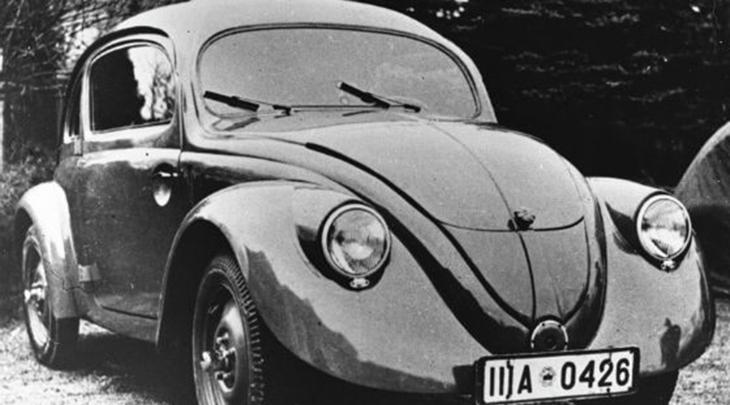 Фольксваген «Жук» Пожалуй, один из самых узнаваемых автомобилей мира был создан по личному приказу Гитлера. Он выделил Даймлеру и Бенцу более 50 миллионов рейхсмарок и в 1937 году с завода вышла первая партия автомобилей под маркировкой Kraft durch Freude (Сила через радость). Затем завод остался под властью британцев, которые вновь наладили выпуск автомобилей.