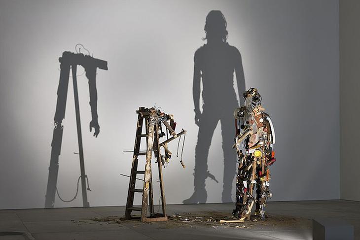Shadow Sculptures 3 Невероятные скульптуры из груды мусора, света и тени