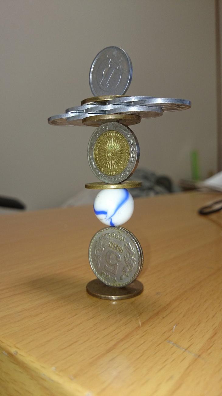 Балансирующие скульптуры из монет (9 фото + видео)