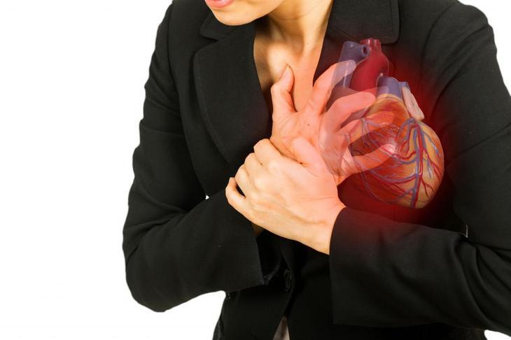 Болит сердце у женщины.