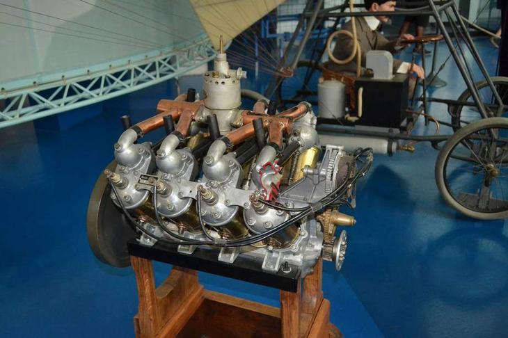 Мотор конструкции Траяна Вуйи работал за счет испарения жидкой углекислоты, которая тем самым нагревала в котле воду. Вода испарялась и приводила в действие паровую машину, способную проработать «целых» три минуты. Ну очень неэффективно, зато по понятиям румынского изобретателя максимально безопасно – ведь нет топки с горящим огнем!