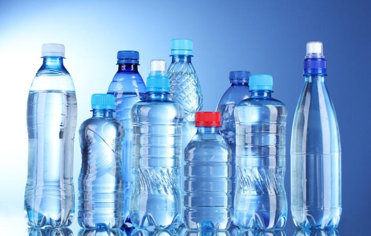 Пластиковые бутылки Для производства любых пластиковых бутылок (и детских тоже) используется токсичное вещество бифенол А. Переизбыток бифенола ведет к развитию рака простаты. Повторное же использование пластиковых бутылок крайне нежелательно: при нагреве выделение бифенола А увеличивается в 7 раз.