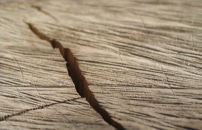 Чем заделать трещины в дереве