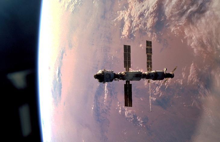 МКС в стадии строительства на орбите . Модуль «Звезда» третий слева /© NASA
