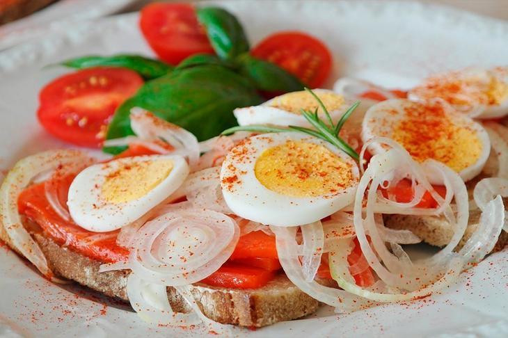 Яйцо и помидор или лук: взрыв витаминов и источник молодости