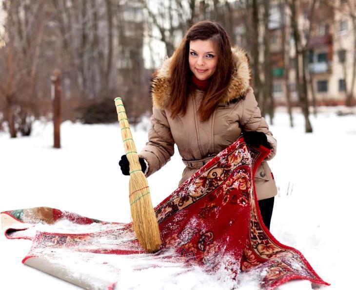 Удалять снег удобно с помощью веника