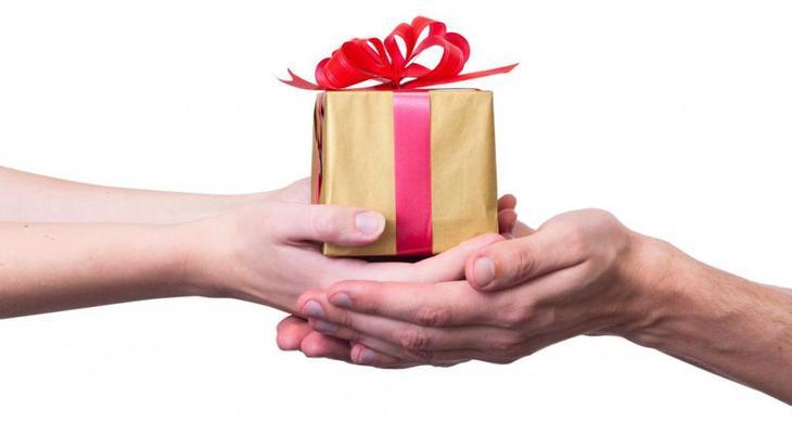 Почему мужчина не дарит подарки? А должен ли он их дарить?