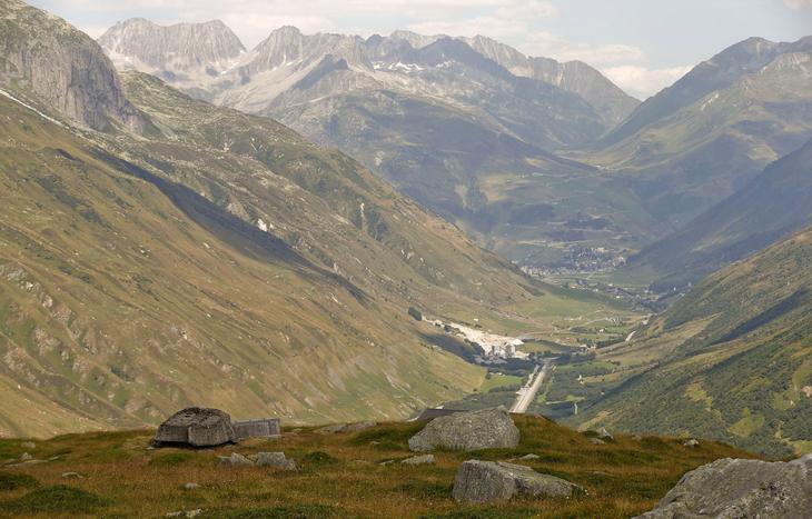 Замаскированные пушки в швейцарских Альпах. Функционировали и поддерживались эти объекты в 1943—1993 гг. (Фото Arnd Wiegmann | Reuters)