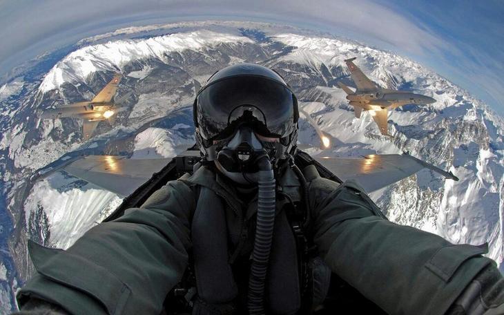 Selfie by Swiss fighter pilot Schweizer Luftwaffe Люси в небе с алмазами: селфи пилотов самолетов