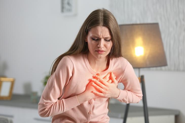 У девушки болит грудь.