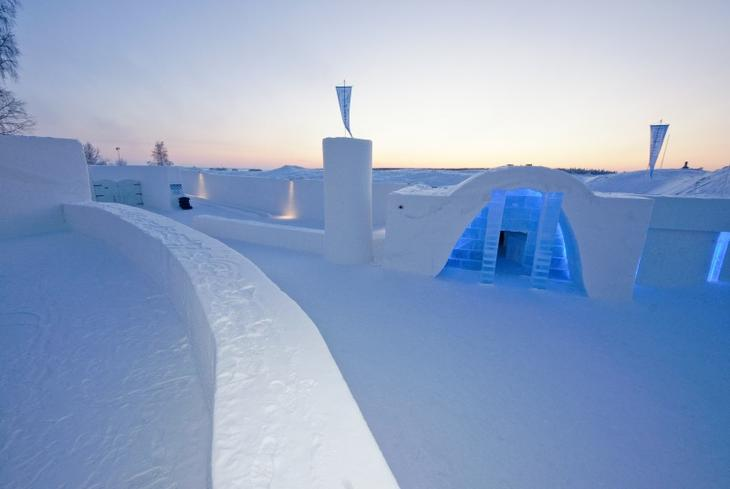Во дворе ледяного замка Финляндии. Фото