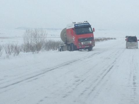 Замерзающий на Ямале дальнобойщик обвинил МЧС в вымогательстве