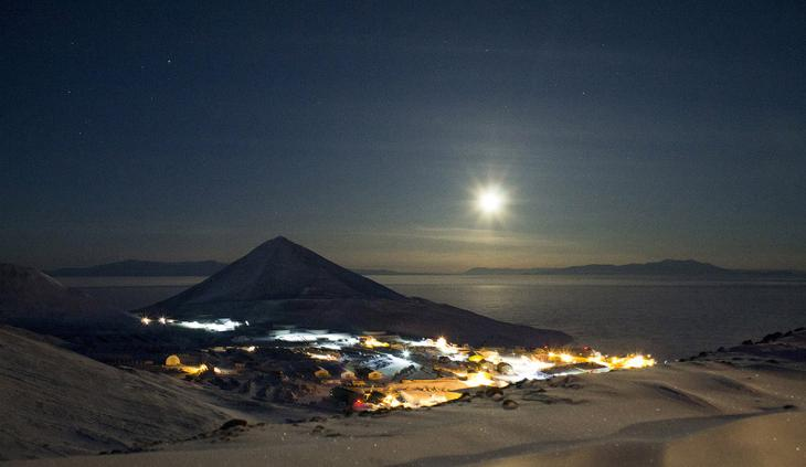 Луна сияет над станцией Мак-Мердо