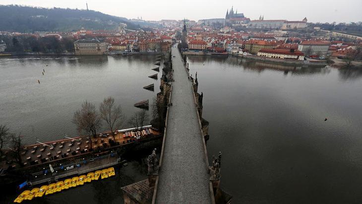 Вид на Карлов мост в Праге, Чехия, 20 марта 2020 года