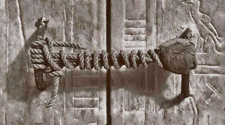 Что нашли внутри Найденные в гробнице сокровища оцениваются в несколько миллиардов долларов. Весь мир в ту пору прислушивался к вестям из Долины Царей; сюда же принялись стекаться многочисленные проходимцы и любители наживы. Впрочем, длилось торжество недолго. Внезапная смерть лорда Карнарвона настолько испугала публику, что в несколько дней пространство у гробницы вновь опустело.