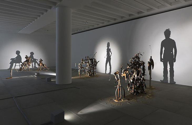Shadow Sculptures 7 Невероятные скульптуры из груды мусора, света и тени