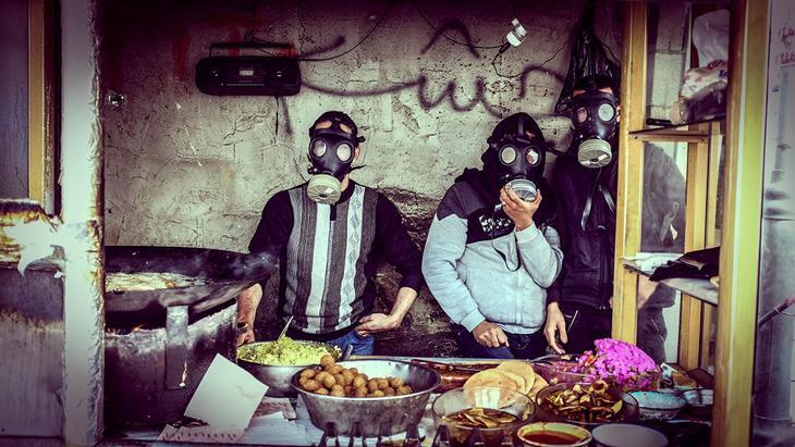 В масках от слезоточивого газа во время столкновений в Хевроне