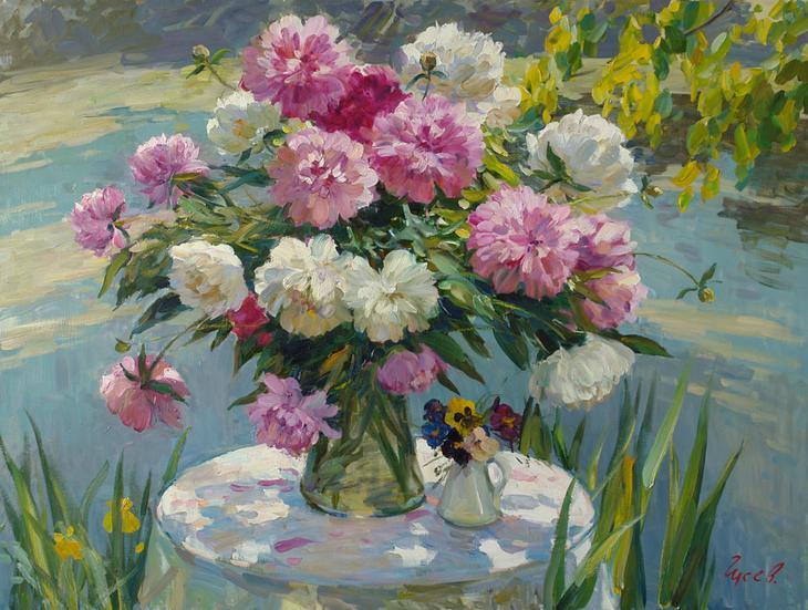 Пионы, Владимир ГуÑев- цветы в ваÐе, берег пруда, Ñтол, анютины глаÐки, картина
