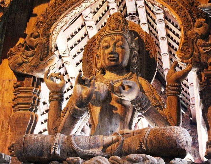 Будда. Деревянная скульптура. Храм истины в Паттайе, Таиланд. фото