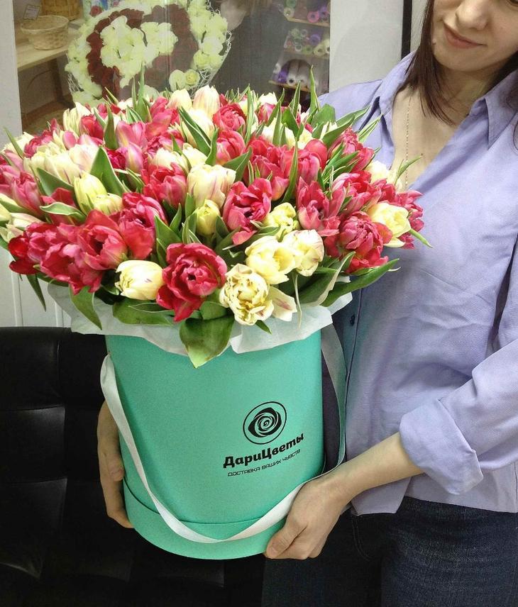Высокая коробка с пышным букетом тюльпанов