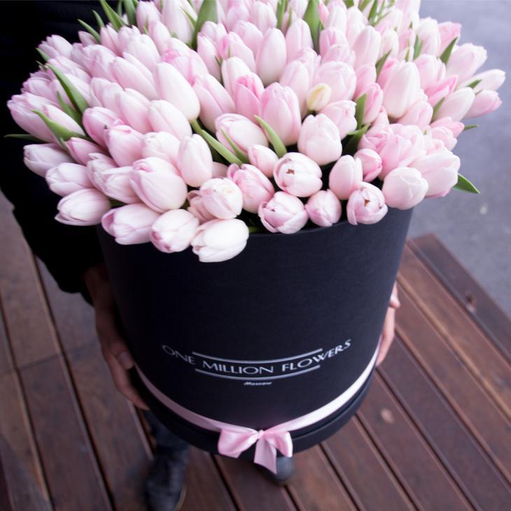Огромная коробка с тюльпанами