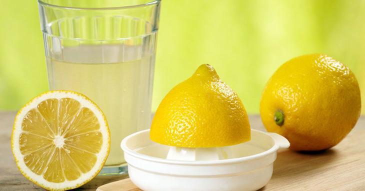 Для удаления больших загрязнений понадобится несколько лимонов