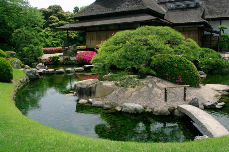 Японский парк Кераку-эн летом. Чайный домик и пруд. Фото
