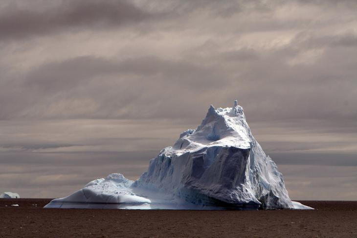 Большой айсберг у берегов Антарктиды