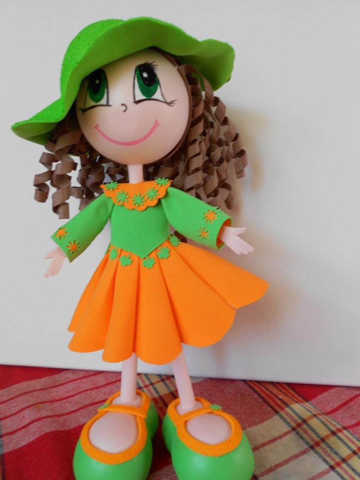 Кукла из фоамирана может быть одета в самые яркие и необычные наряды