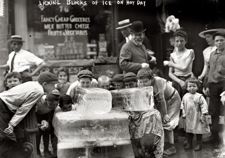 Дети лижут лед во время жаркого лета 1911 года. жара, история, кондиционер