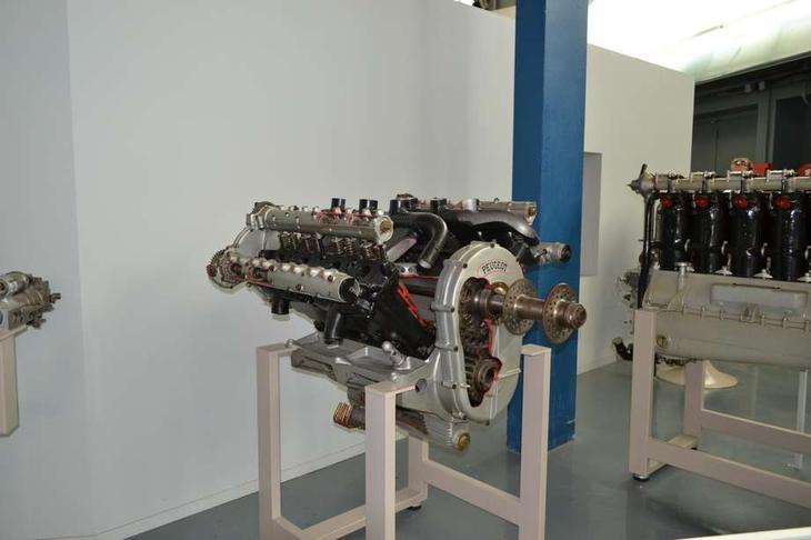 Зато этот мотор имел ряд прогрессивных новшеств, которые потом будут внедрены на всех поршневых авиадвигателях. Это редуктор, который понижал обороты на выходном валу и увеличивал его крутящий момент, а также система смазки с принудительной циркуляцией масла насосом