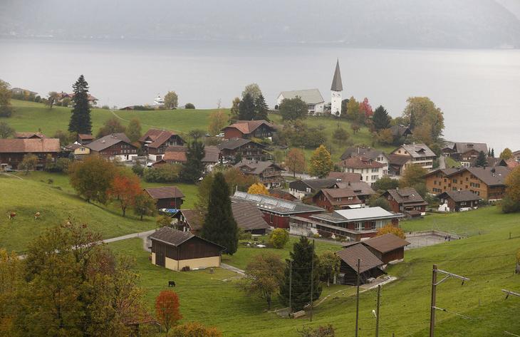 Это город Фаулензее, Швейцария, 19 октября 2015. На переднем плане — бывшие артиллерийские крепости швейцарской армии. Никогда и не найдешь их. (Фото Arnd Wiegmann | Reuters)